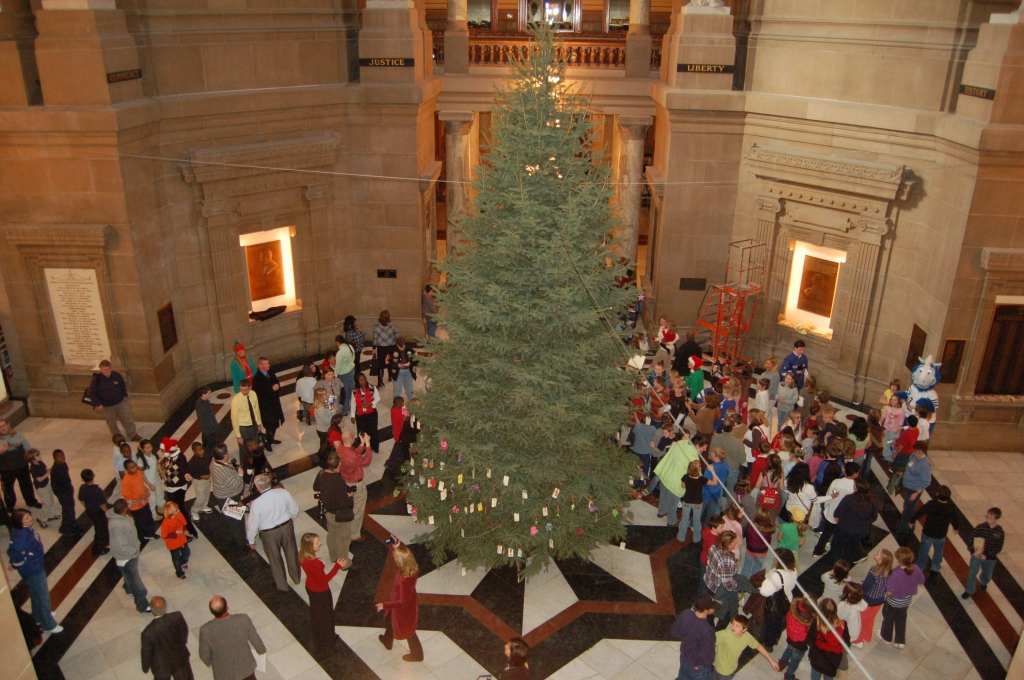Students decorate the tree at the Statehouse